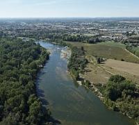 Vue aérienne de la Garonne et de la plaine en aval de Portet-sur-Garonne en Haute-Garonne